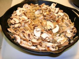 Лук обжариваем с грибами
