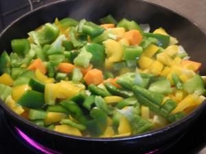 Тушим до готовности овощи