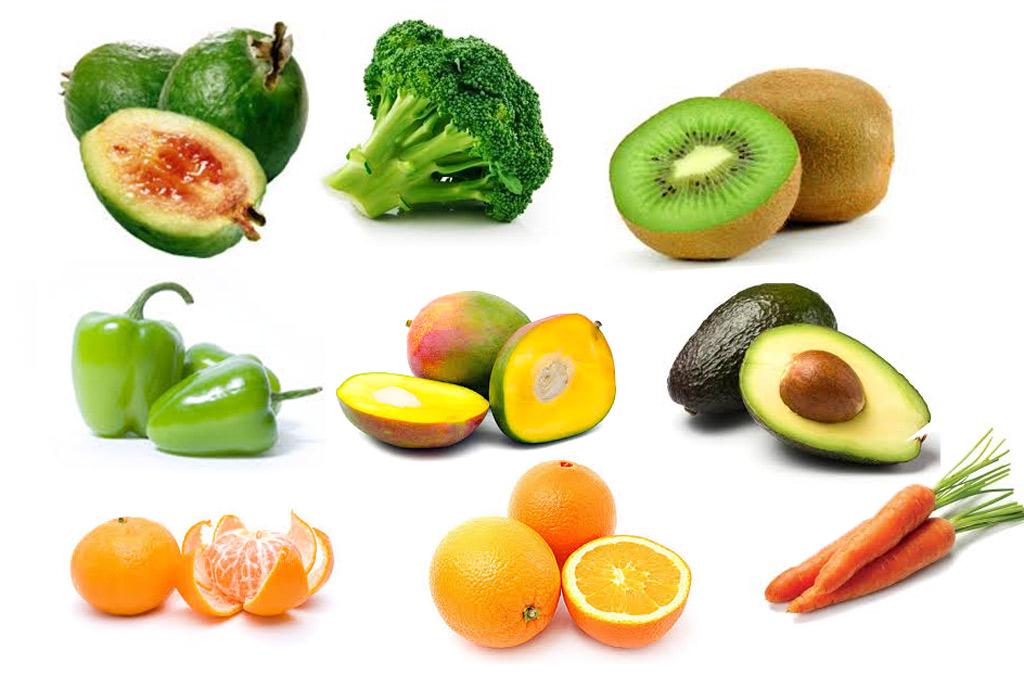 Зеленые и оранжевые овощи и фрукты