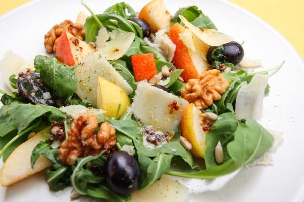 Салат из груш и рукколы