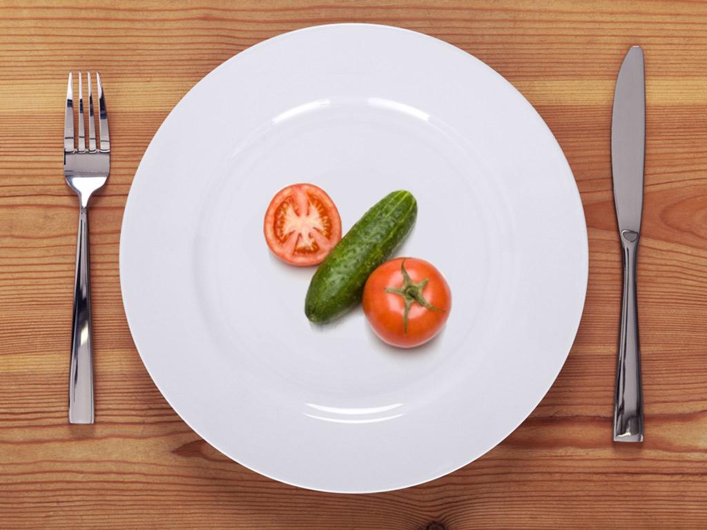 Огурец и помидор на тарелке