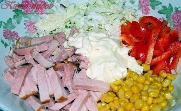 салат с ветчиной и болгарским перцем и пекинской капустой