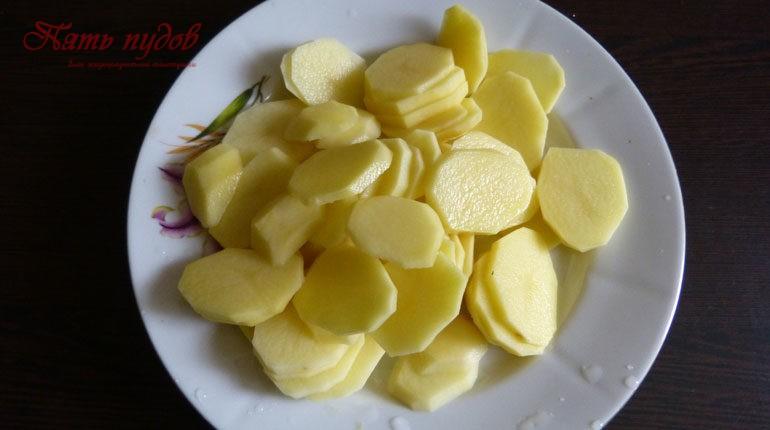 Картошка, нарезанная на дольки
