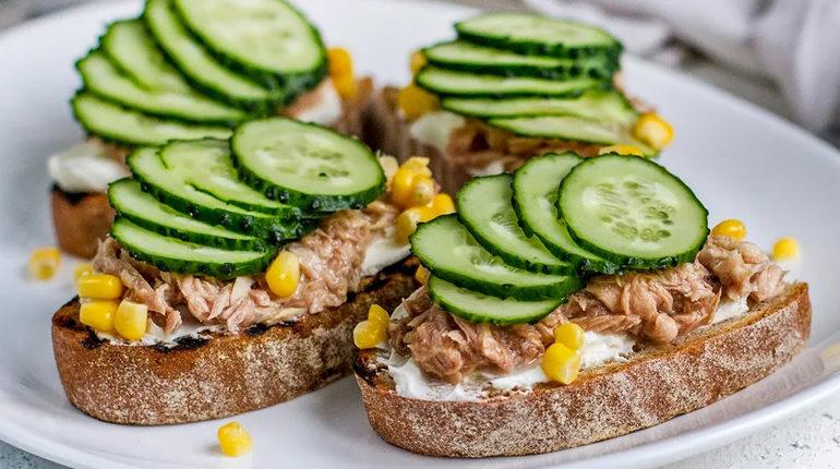 бутерброд с тунцом и огурцом